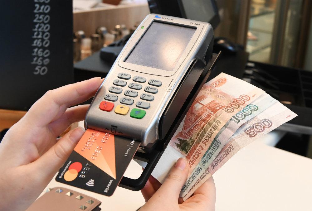 После снятия ограничений из-за пандемии россияне стали чаще оплачивать покупки наличными