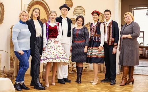 В Черновицком областном музее открылась выставка национальных костюмов