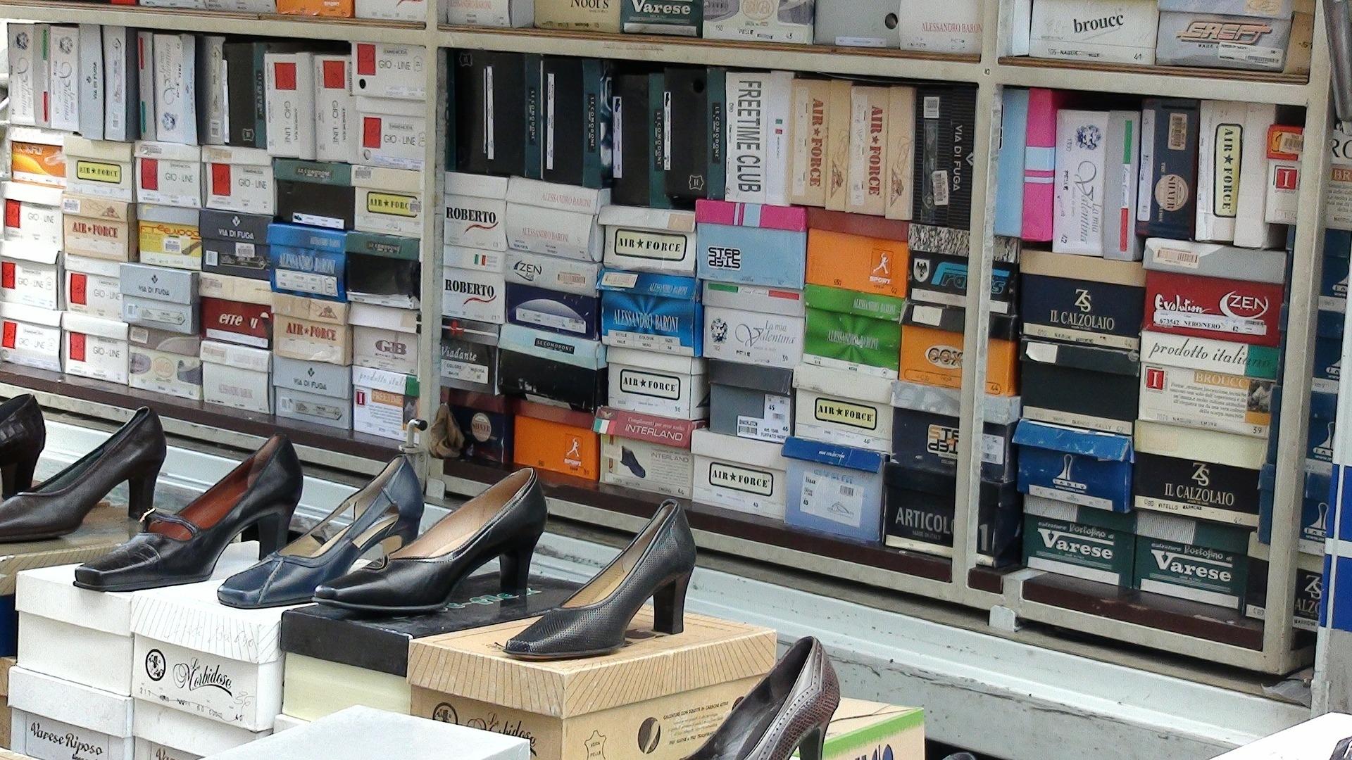 В торговом центре Кирова обнаружили 4100 пар немаркированной обуви