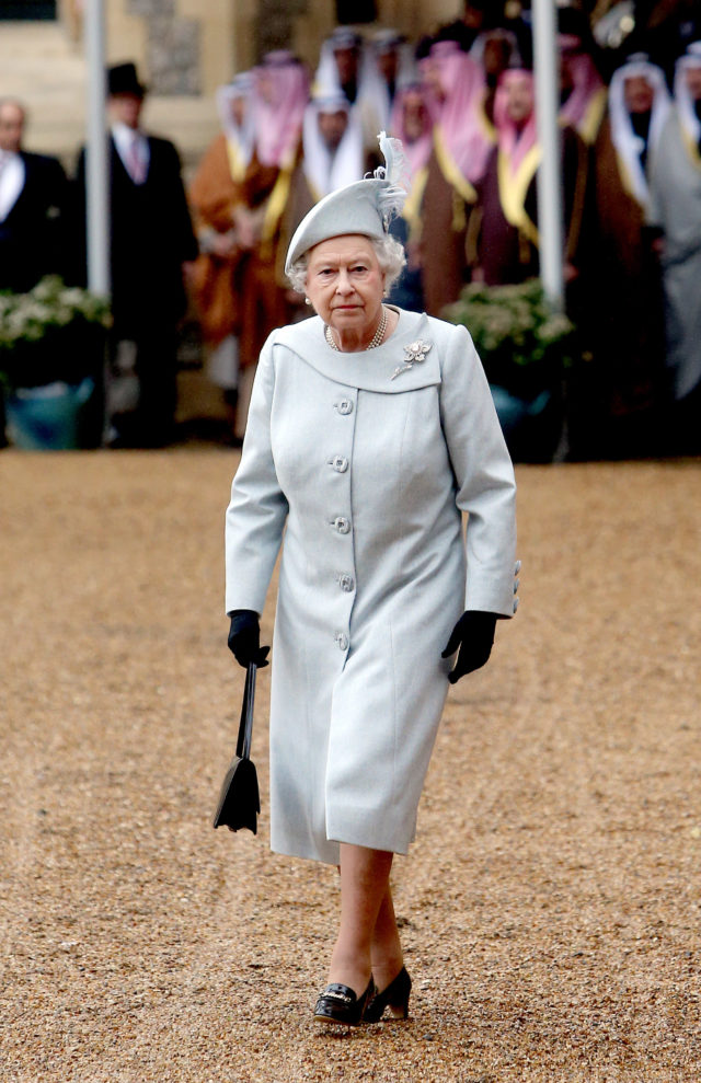 Для Елизаветы II создадут инновационные перчатки от COVID-19