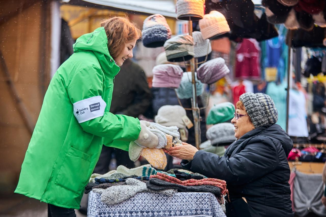 Delivery Club закупит вязаные вещи у торгующих на улице пожилых людей