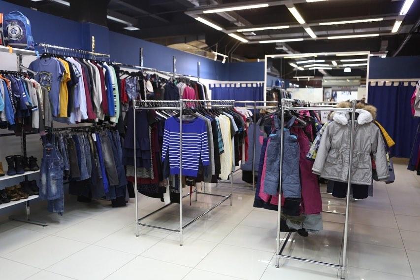 В Красноярске открылся благотворительный магазин детской и подростковой одежды