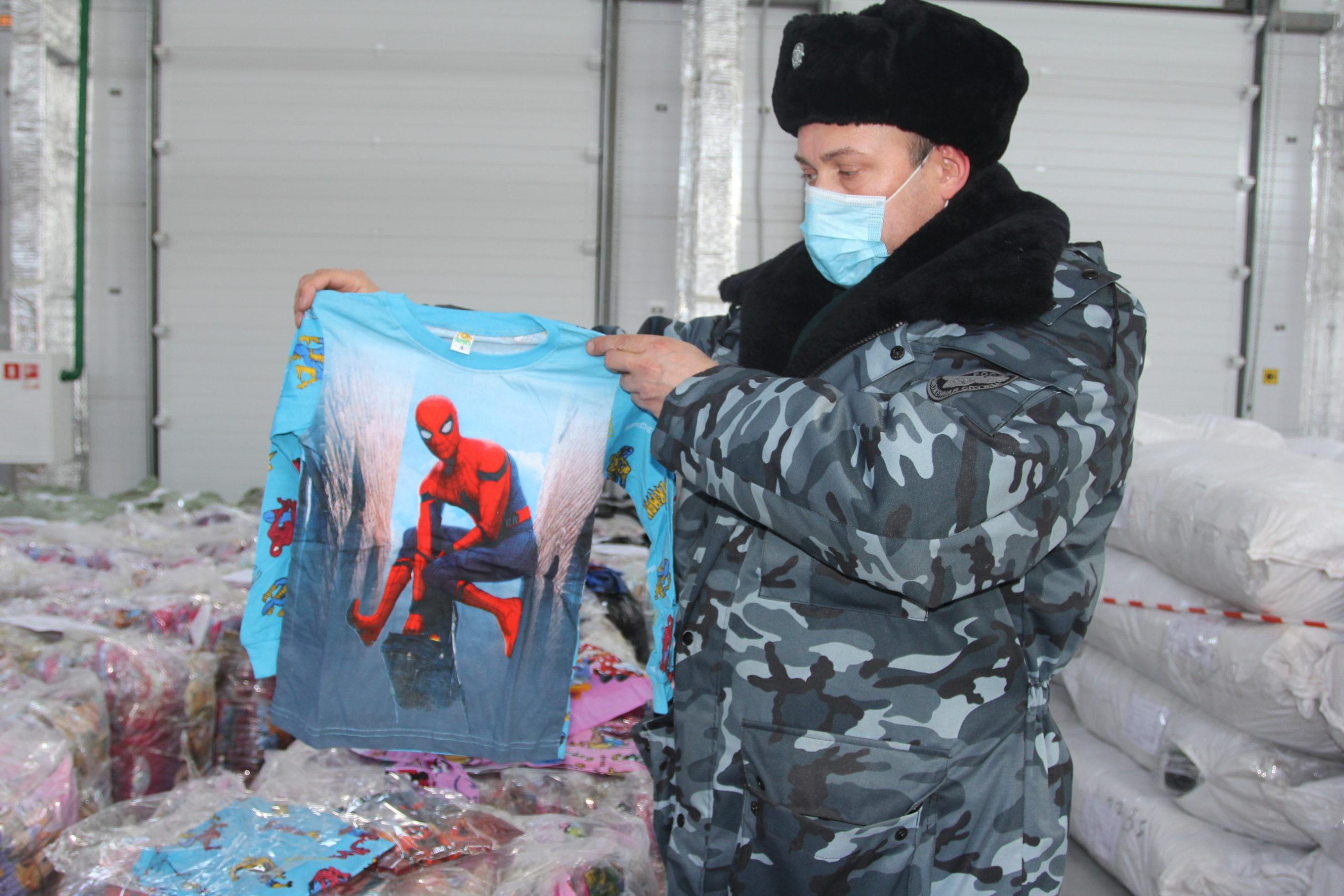 Самарские таможенники задержали крупную партию поддельной детской одежды