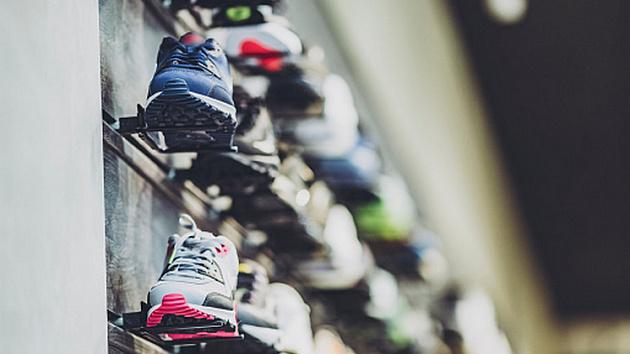 В магазине Новосибирска обнаружили партию контрафактной одежды