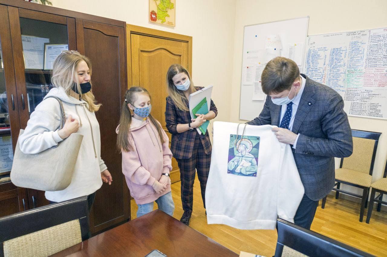 Юный дизайнер из Челябинска создает одежду с принтами для медиков
