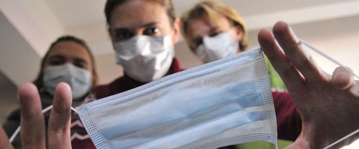 Американские ученые выяснили, что фланелевые маски также эффективны, как и хирургические
