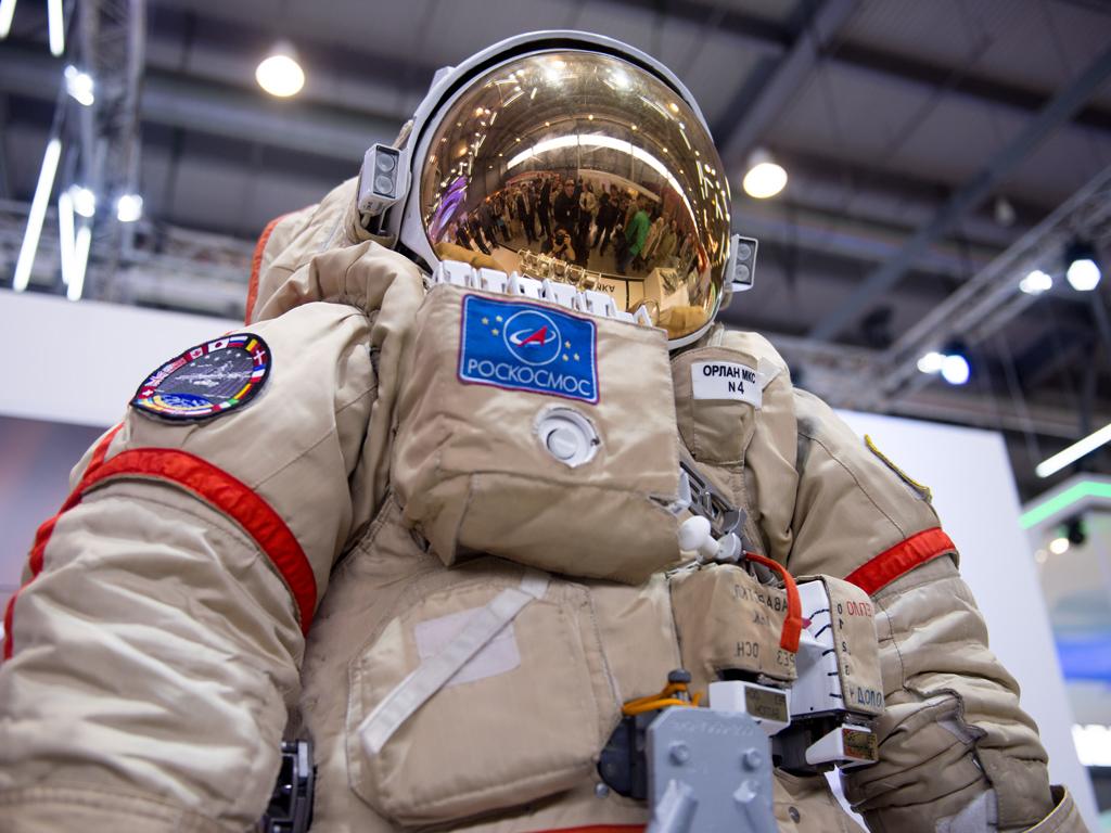 Российские ученые представили инновационный материал для костюмов космонавтов