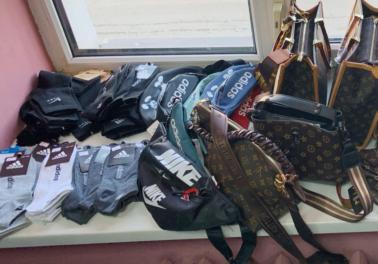 В одном из магазинов Владимира таможенники обнаружили контрафактную одежду и аксессуары