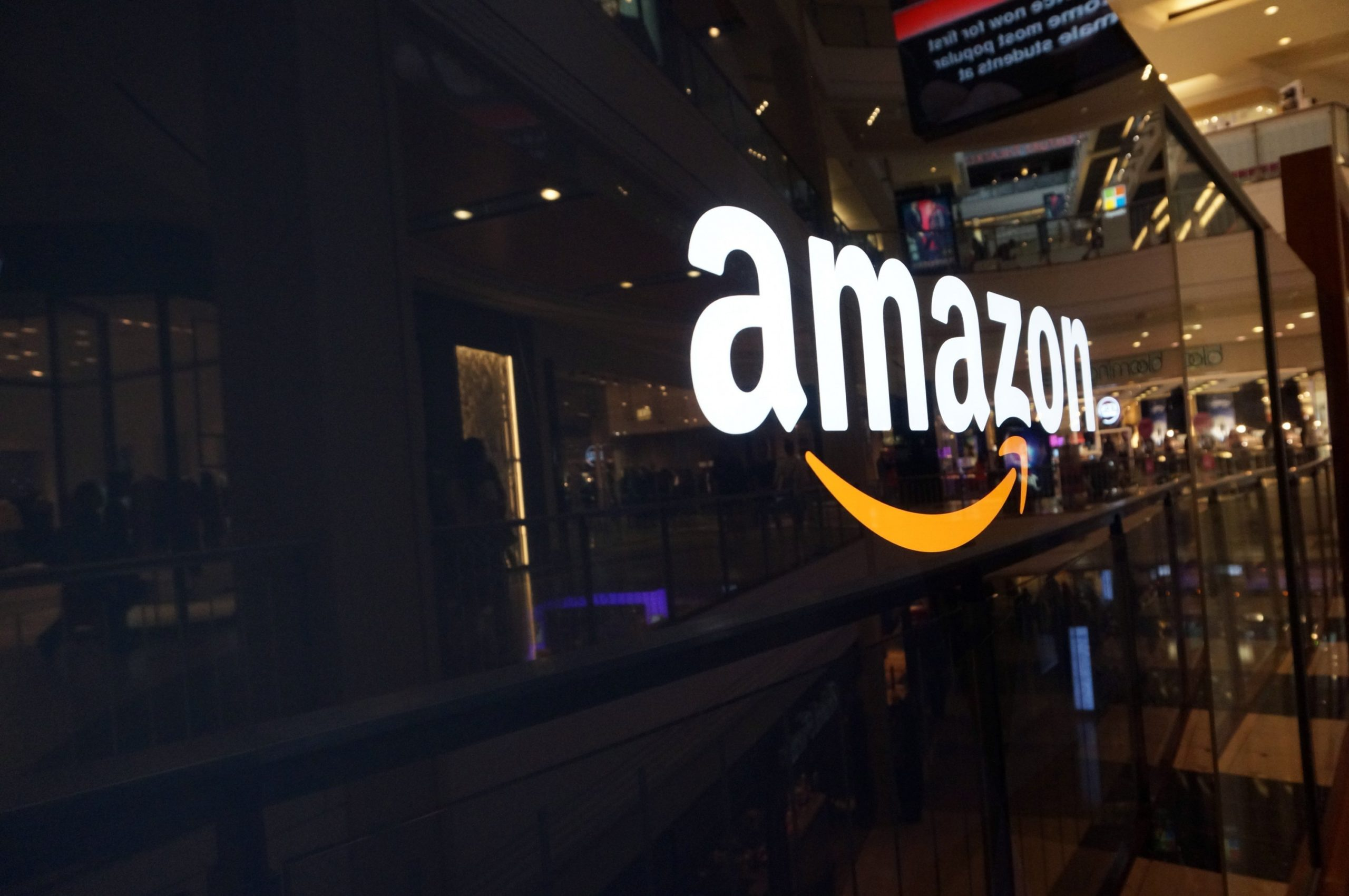 Amazon планирует оборудовать свои универмаги роботизированными примерочными