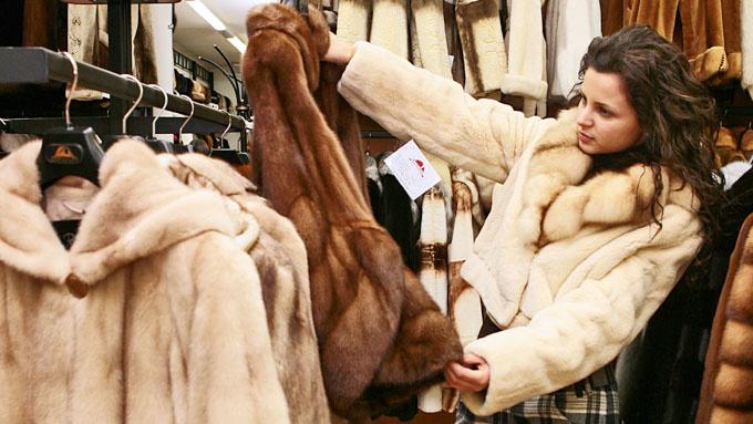 Зачем россияне покупают шубы в конце лета? Самое время готовиться к зиме!