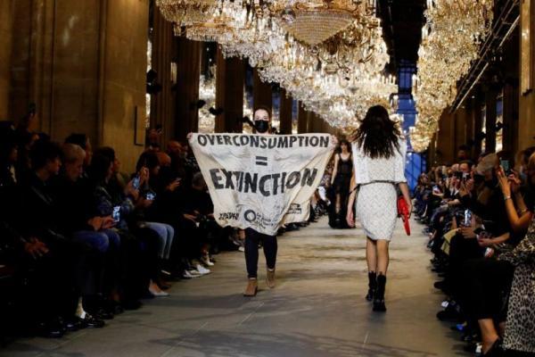 Экоактивистка попыталась сорвать Неделю моды в Париже